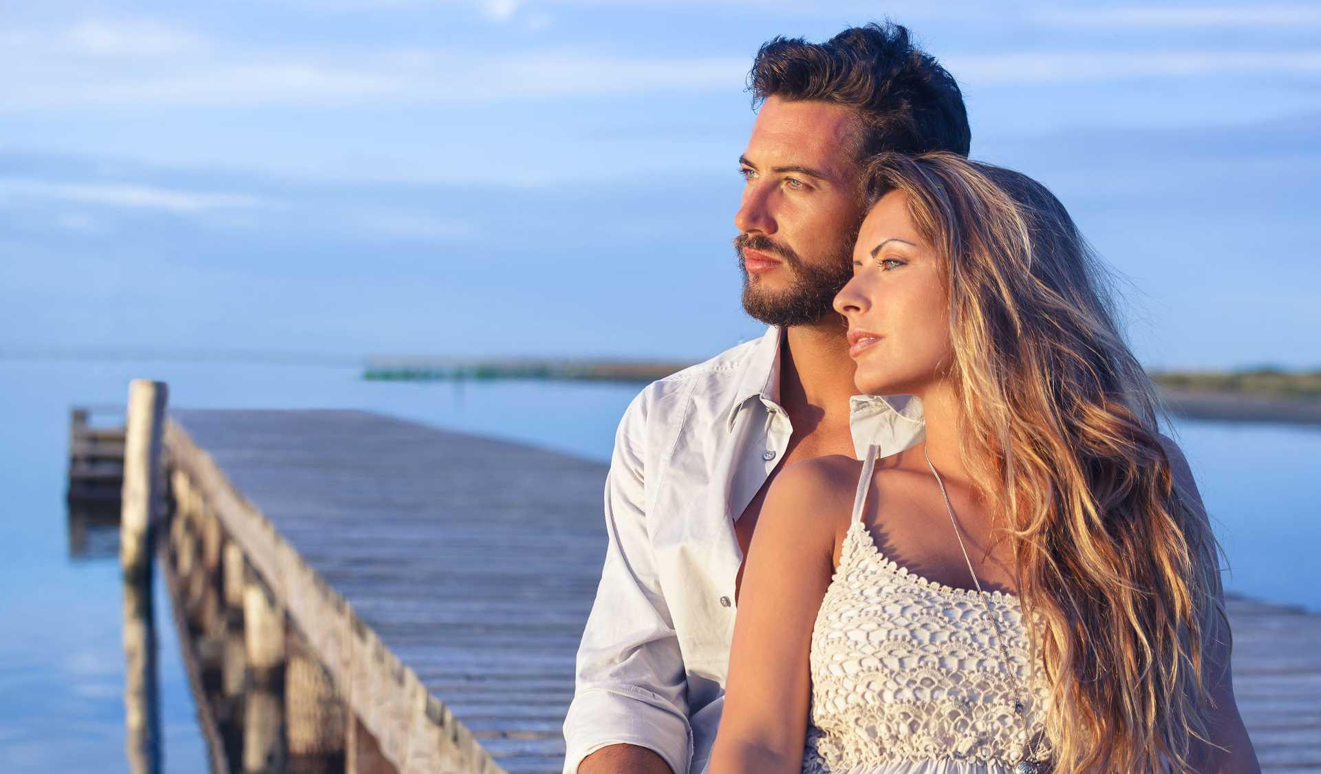 Tarocchi online: consulto in amore con le cartomanti del Regno. Coppia di innamorati che guardano al futuro senza temere nulla.